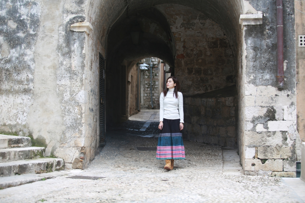 girl visit the dubrovnik town